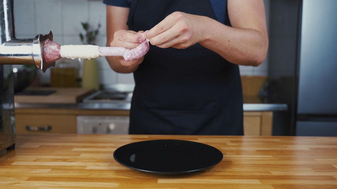 Bratwurst selber machen - Darm verknoten