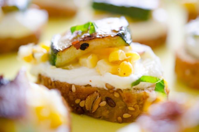 Brotzeit Ideen - Feta Mais Zucchini Crostini