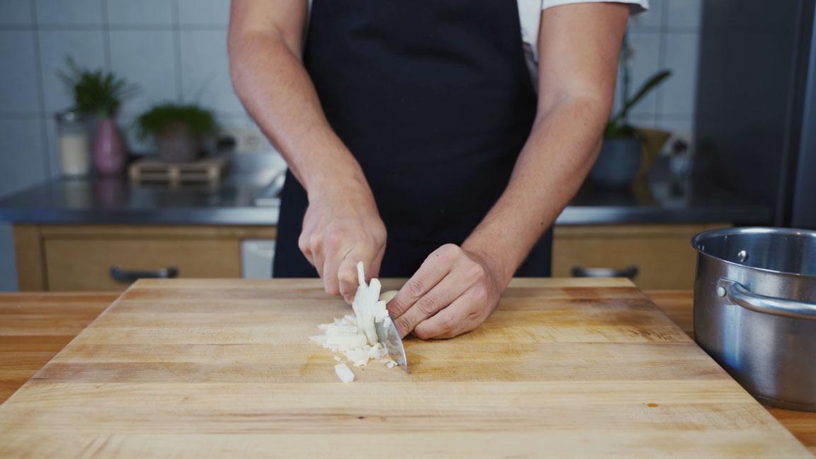 Ketchup selber machen - Zwiebel schneiden