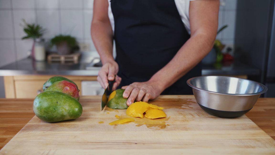Mango Chutney - Mango schälen