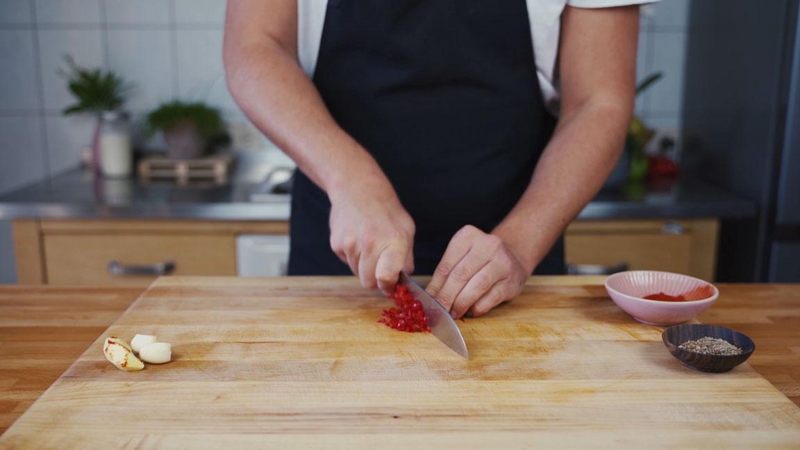 Mango Chutney - Chili schneiden